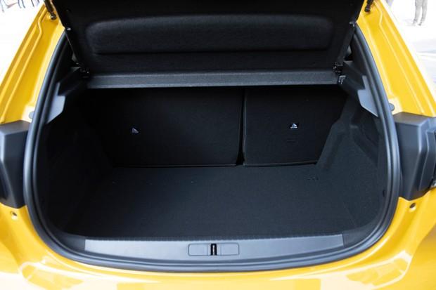 Porta-malas do 208 leva mais de 300 litros de bagagem (Foto: Divulgação)