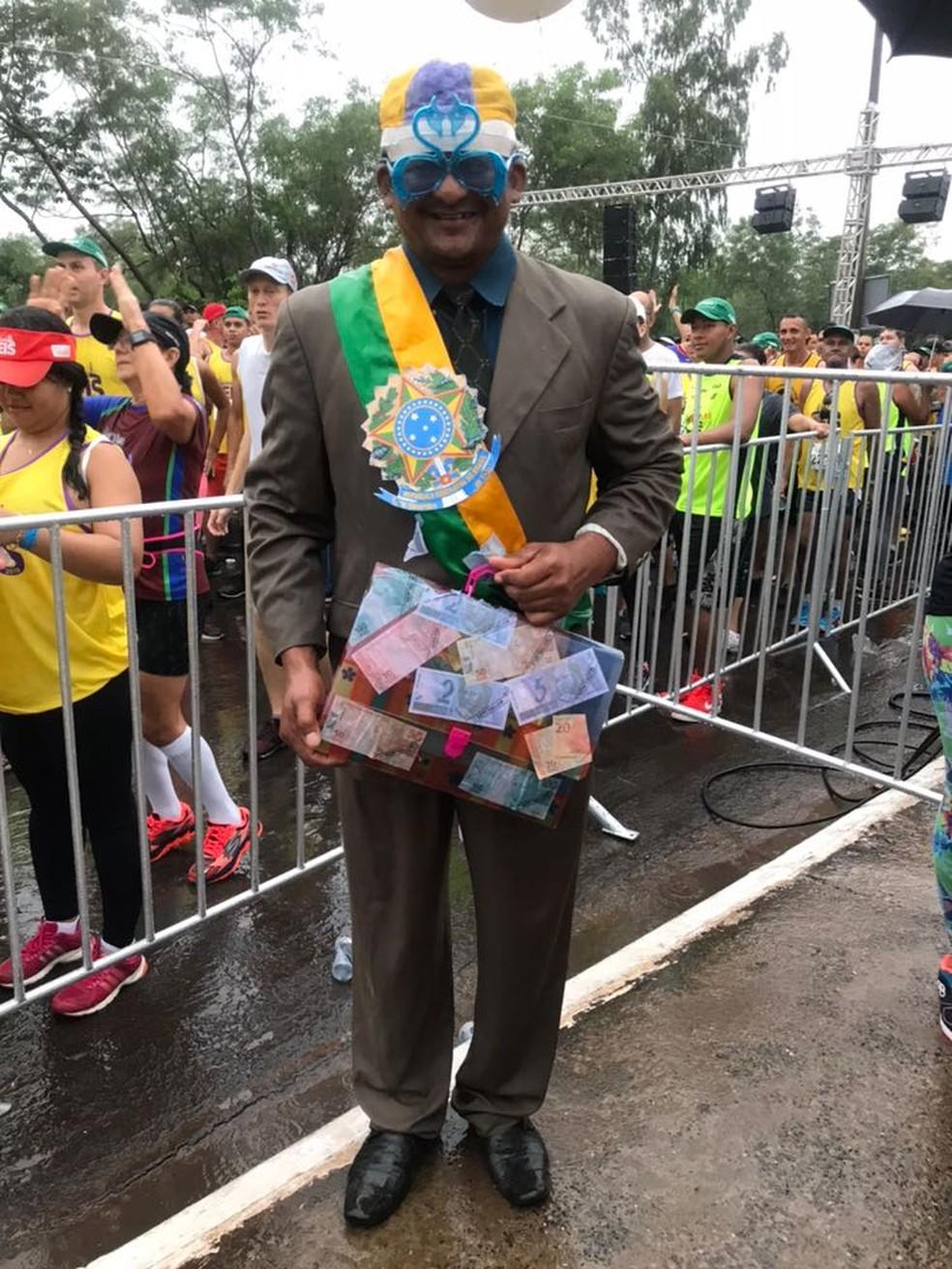 Reginaldo Francisco da Silva se vestiu de político corrupto (Foto: Flávio Coelho)