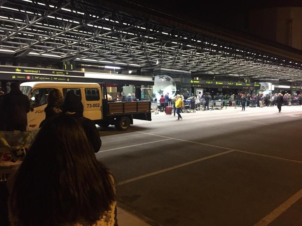 Pernambucano registrou filas no aeroporto de LIsboa nesta quarta-feira (18) — Foto: Reprodução/Arquivo pessoal