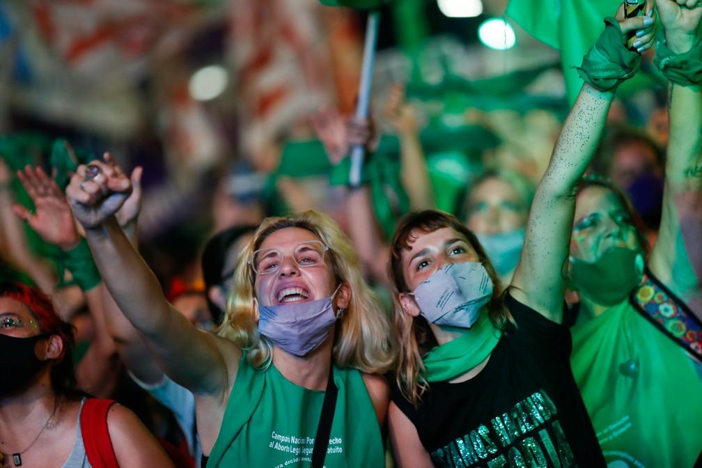 Manifestantes a favor da legalização do aborto, que adotaram o verde como a cor que os simboliza, se reúnem em Buenos Aires enquanto Senado debate projeto de lei, nesta quarta-feira (30) — Foto: Agustin Marcarian/Reuters