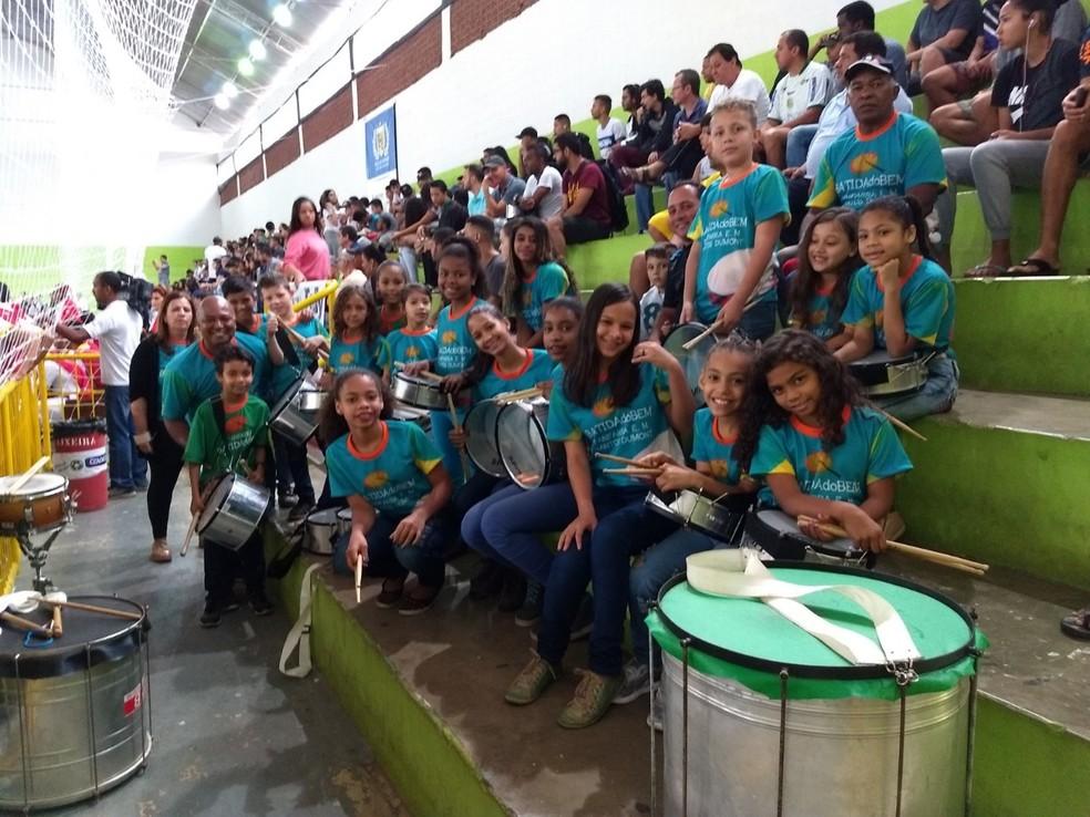 Crianças da fanfarra da Escola Santos Dumont animaram a torcida no intervalo do jogo — Foto: Caio Mourão/GE