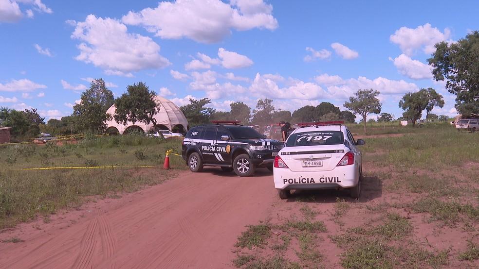 Polícia Civil faz perícia após homicídio em acampamento cigano na Rota do Cavalo, no DF  — Foto: TV Globo/Reprodução