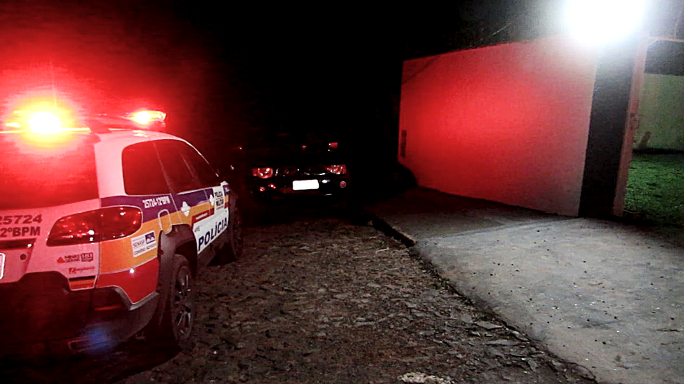 -  Polícia esteve em sítio ond ehomem foi morto na noite de terça-feira  13  em Passos  MG   Foto: Helder Almeida/Reprodução/EPTV