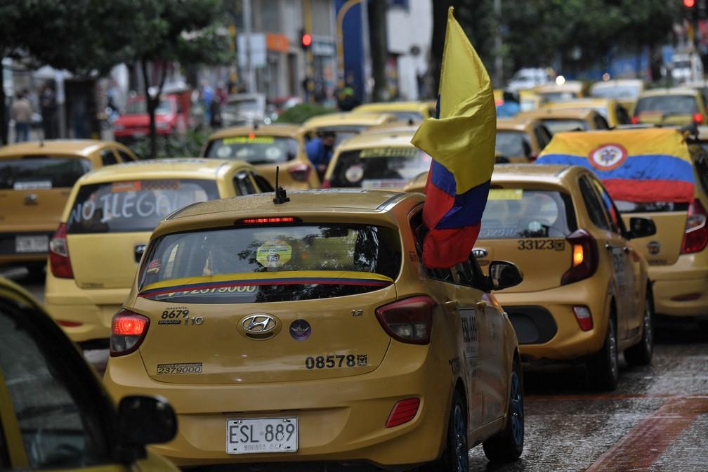 Com bandeiras da Colômbia, taxistas protestam contra reforma tributária nesta segunda (3) em Bogotá — Foto: Juan Barreto/AFP