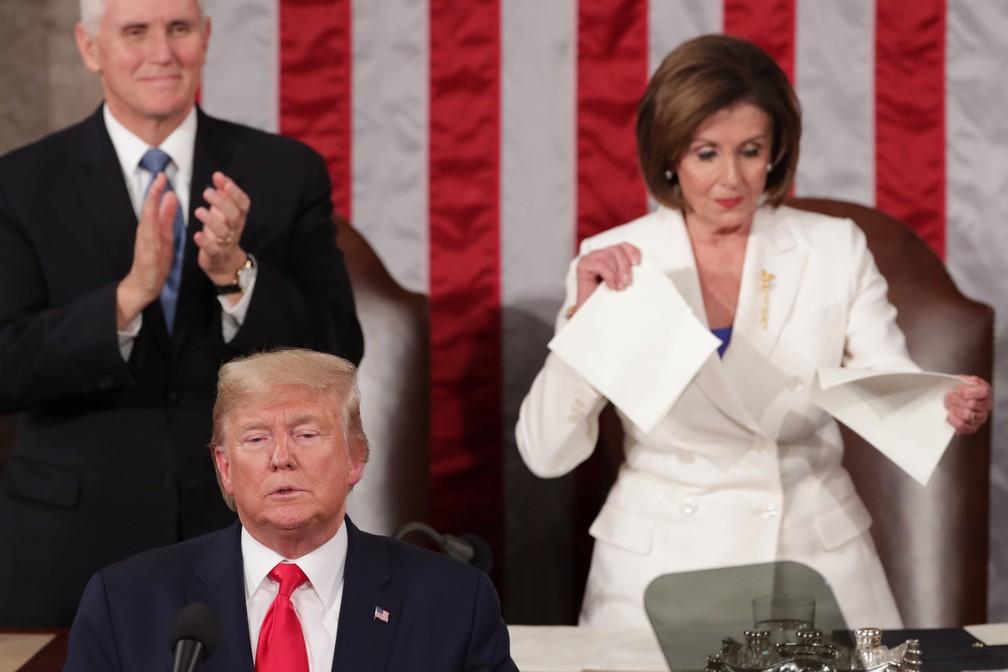 Enquanto Donald Trump discursa, presidente da Câmara dos EUA, Nancy Pelosi, rasga papel com trechos da fala — Foto: Jonathan Ernst/Reuters