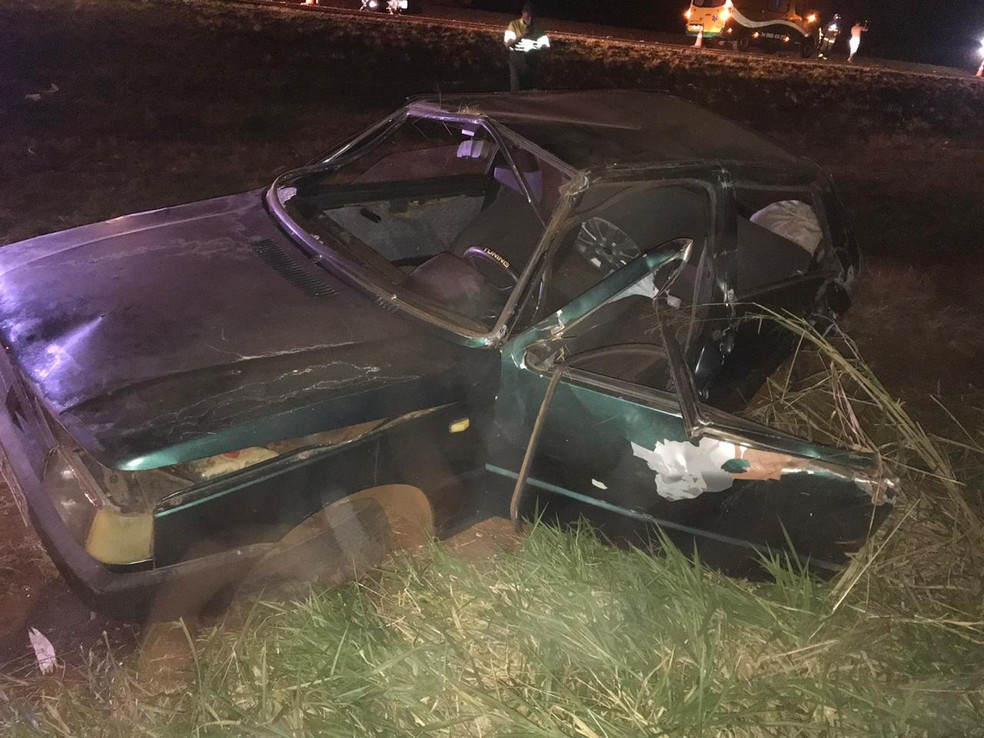 Motorista e passageiro ficaram feridos em acidente na BR-277 — Foto: PRF/Divulgação