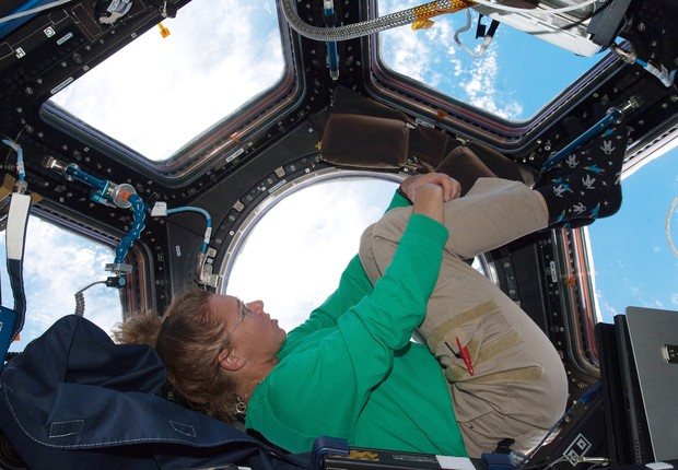 IN SPACE - JULY 16: In this handout image provided by the National Aeronautics and Space Administration (NASA), NASA astronaut Sandy Magnus mission specialist for space shuttle Atlantis STS-135, takes in the view while sitting in the Cupola addition of th (Foto: Nasa/Getty Images)