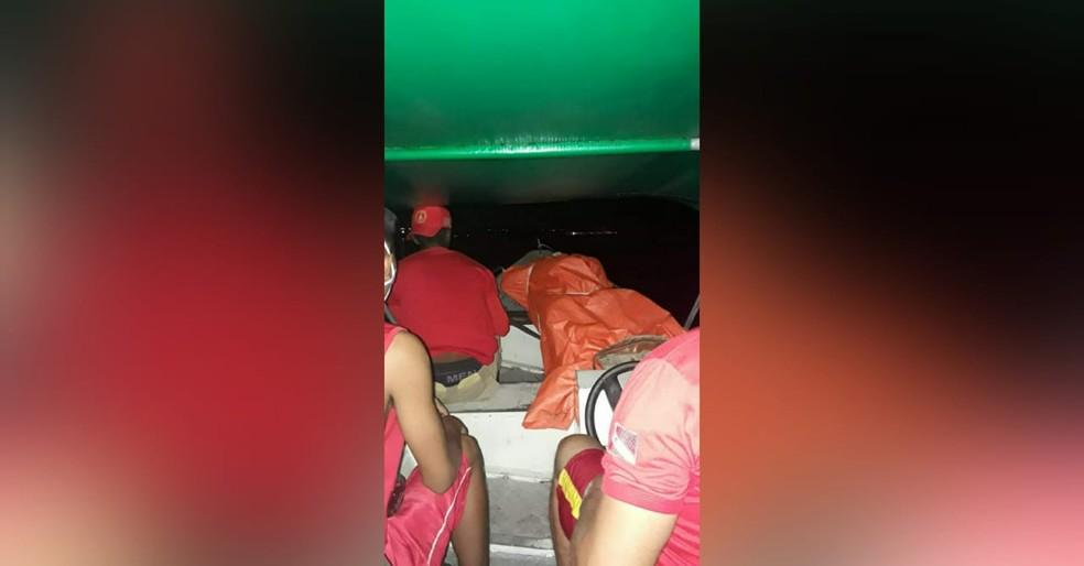 Corpo de Antônio Brenil foi resgatado pelos bombeiros no rio Trombetas, em Oriximiná — Foto: Bombeiros Civis de Oriximiná/Divulgação