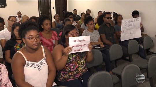 Universitários ocupam Câmara de Vereadores em protesto contra suspensão de transporte gratuito na Bahia