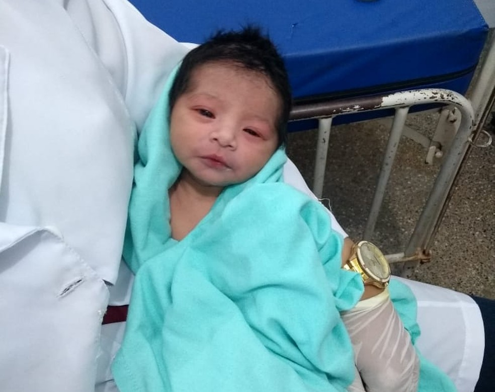 Recém-nascido está internado no Hospital de Água Boa (Foto: Polícia Militar de MT)