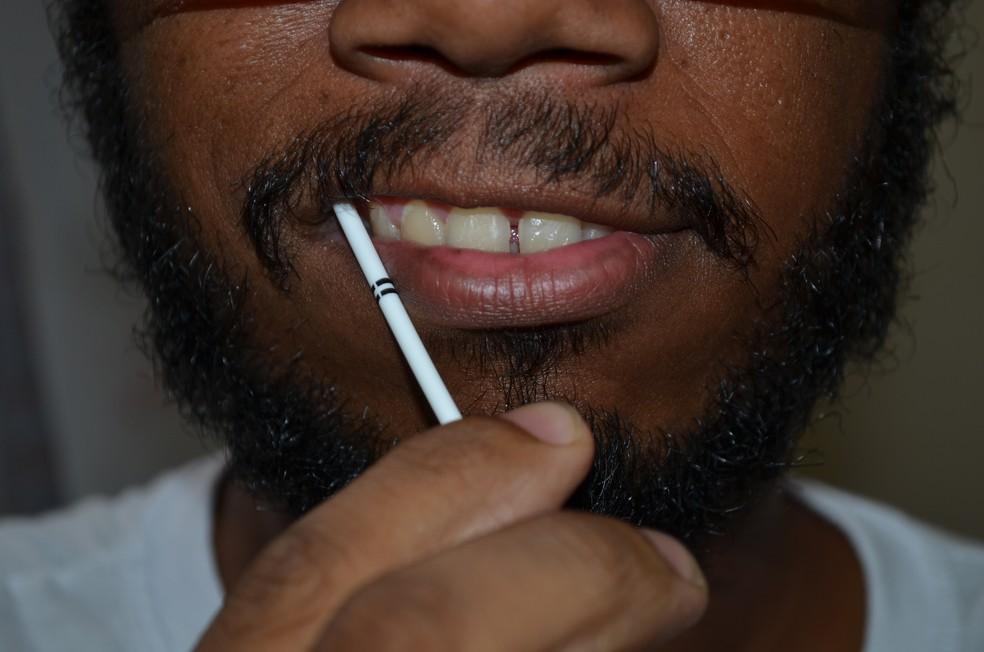 Teste rápido é feito com a saliva recolhida da boca (Foto: Hildeberto Jr./G1)