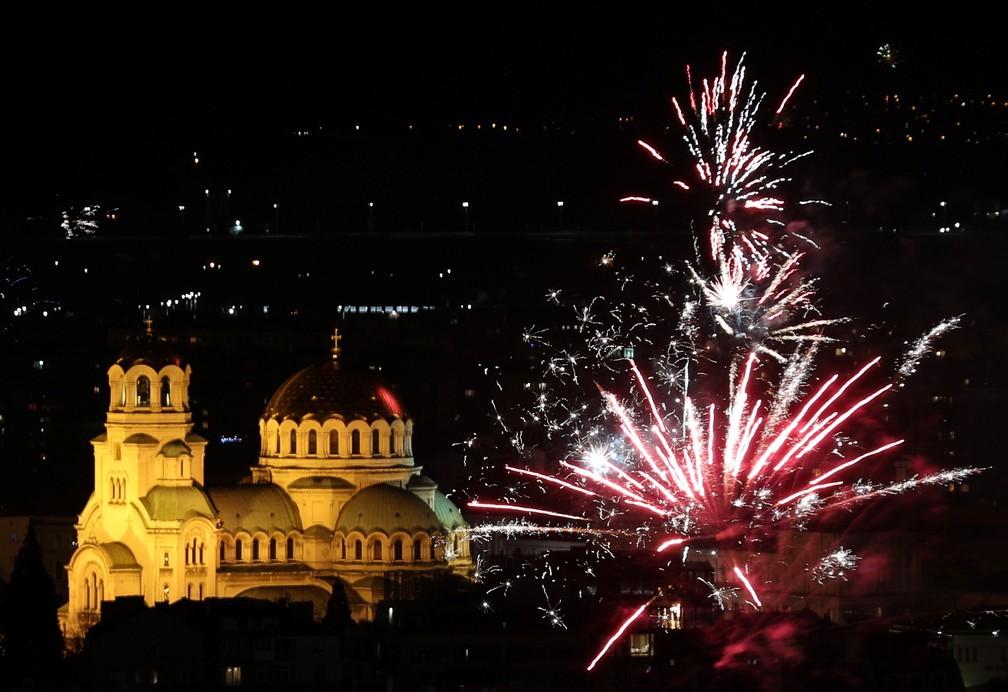 Fogos são vistos acima da catedral Alexander Nevski em Sófia, na Bulgária, na quarta-feira (1º). — Foto: Stoyan Nenov/Reuters
