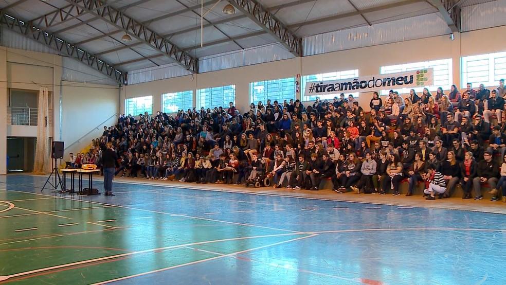 SANTA ROSA, 9h: estudantes se reunem — Foto: RBS TV/Reprodução
