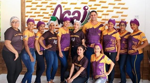 Wilson Oliveira e algumas das 17 funcionárias da Açaí Gostoso (Foto: Divulgação)