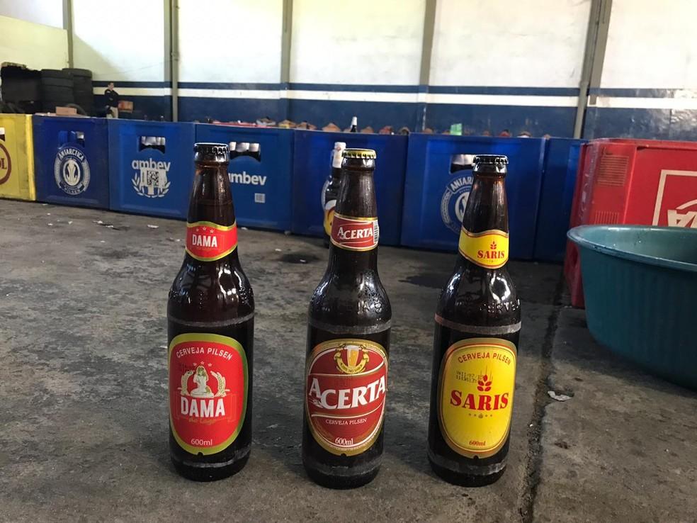 Cervejas de marcas menos conhecidas recebiam rótulos de cervejas de maior vendagem — Foto: PRF