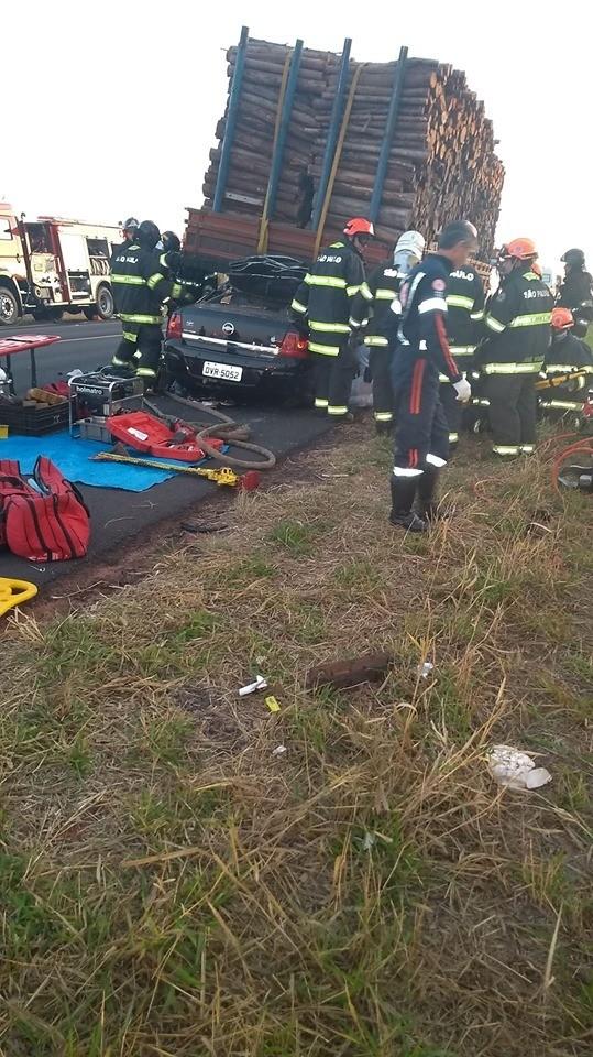 Músicos de banda universitária morrem após carro entrar embaixo de carreta carregada com madeira - Notícias - Plantão Diário
