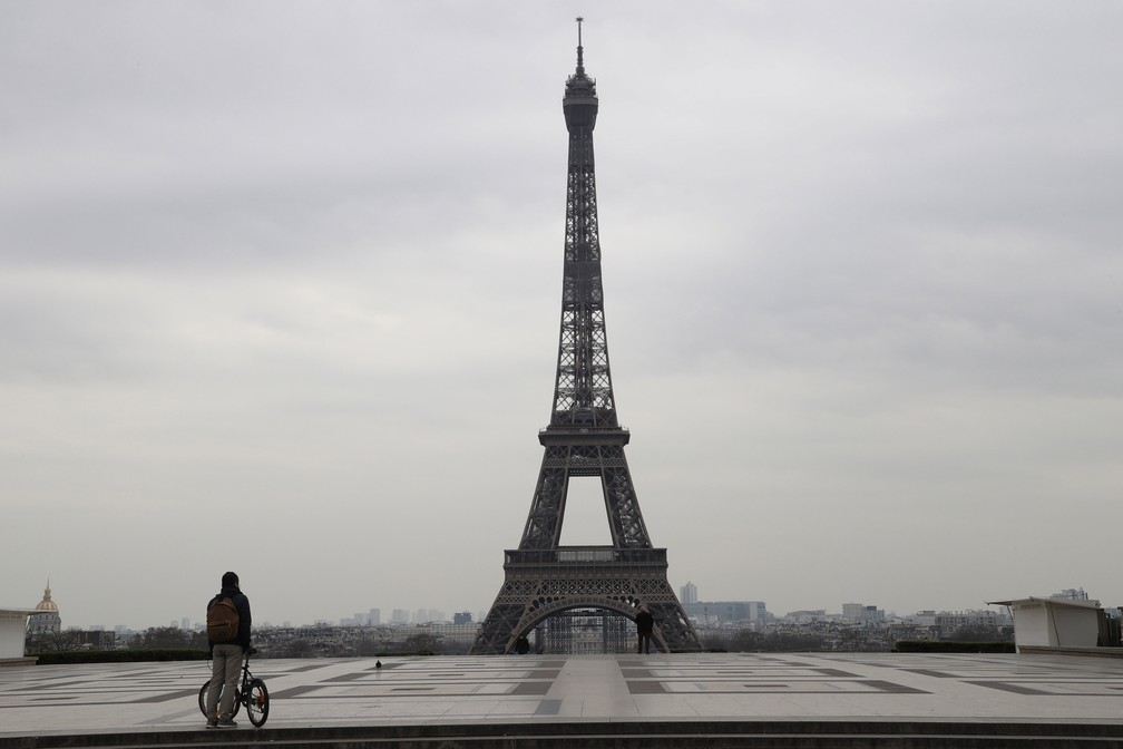 Praça do Trocadero, que tem vista para a Torre Eiffel, em Paris, ficou vazia nesta terça-feira (17) após o governo determinar confinamento em toda a França — Foto: Ludovic Marin / AFP