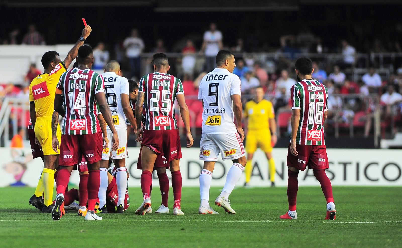 São Paulo fará reclamação formal à CBF contra o árbitro que expulsou Diego  Souza 44cf530232486