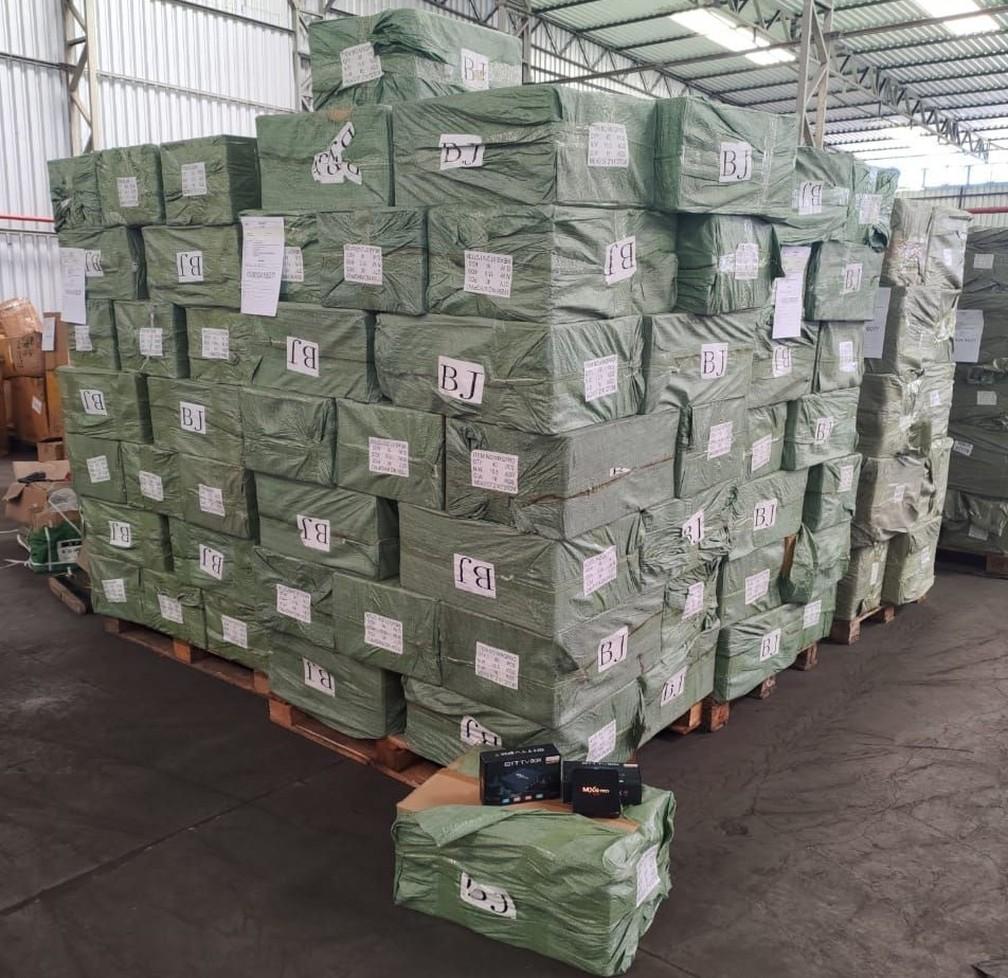 Apreensão de 24.800 aparelhos de TV Box contrabandeados com software pirata, em 23 de março em ação conjunta da Receita Federal com as polícias Civil e Federal, no Rio — Foto: Receita Federal/Divulgação
