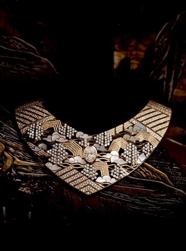 Colar de ouro amarelo, platina, diamantes e madrepérola, da coleção Coromandel.  (Foto: © Boris Lipnitzki / Roger-viollet / Chanel Fine Jewelry/ Getty Images)