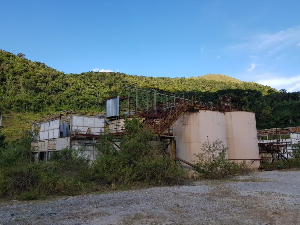 Edificações abandonadas da Mundo Mineração em Rio Acima — Foto: Humberto Trajano/G1