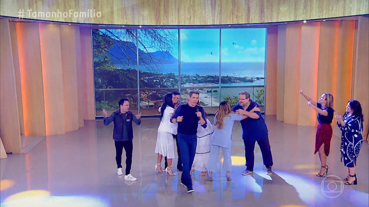 Ivete e Zezé Di Camargo recebem suas famílias no palco