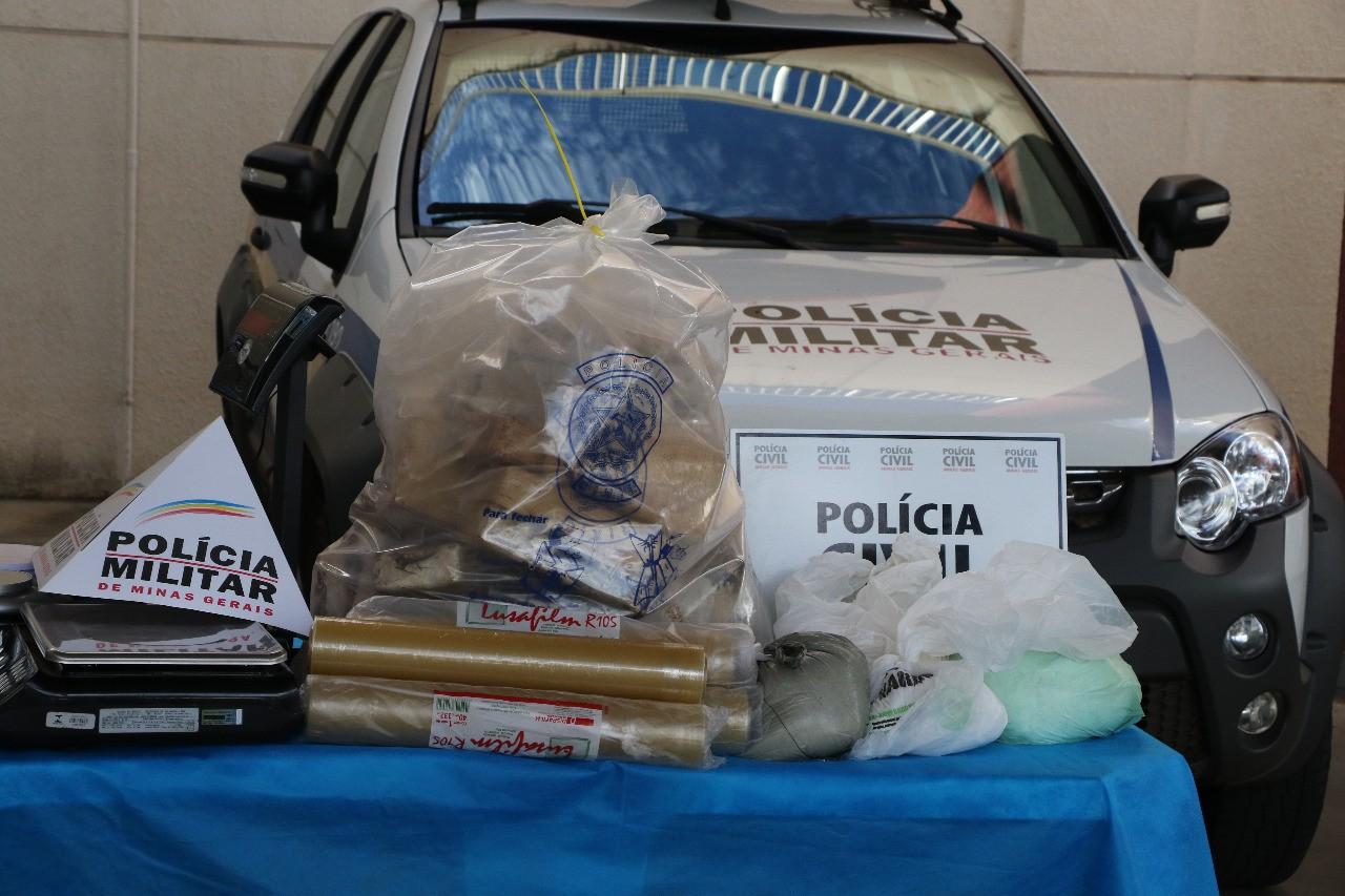 Mais de 30 kg de pasta base de cocaína e 5 kg de xilocaína são apreendidos em Veríssimo e Uberaba