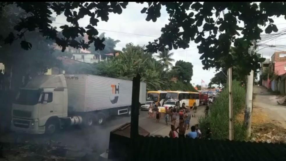 Homem é morto em ação policial no Subúrbio de Salvador e moradores protestam  — Foto: Reprodução/Redes Sociais