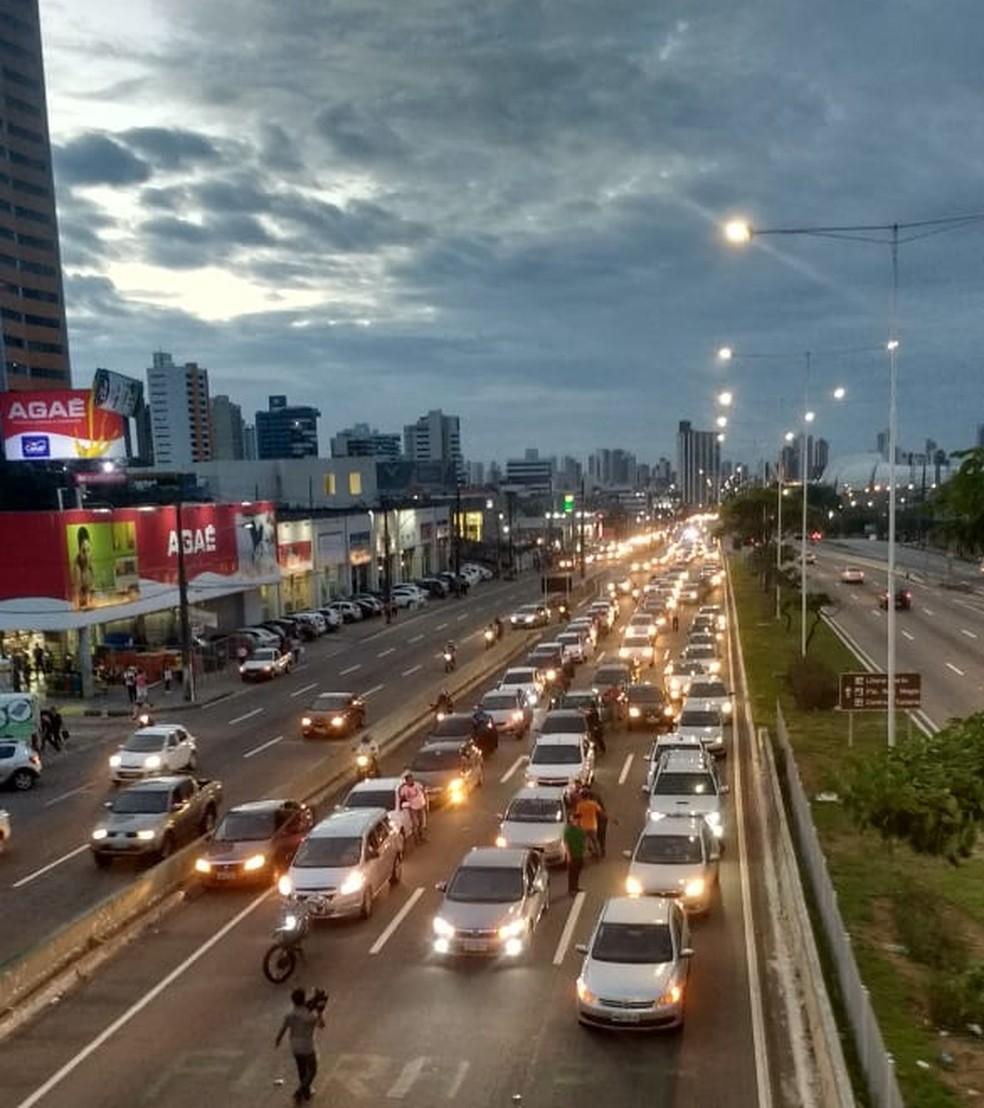 Motoristas de aplicativos de transporte fizeram carreata em Natal contra a alta dos combustíveis (Foto: Igor Jácome/G1)