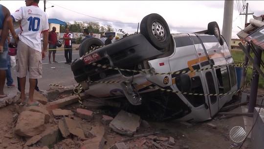 Homem de 52 anos morre e seis ficam feridos após colisão entre van e micro-ônibus na BA-052