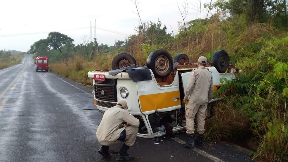 Kombi capotou na TO-226, próximo ao povoado de Garimpinho — Foto: Divulgação/Corpo de Bombeiros
