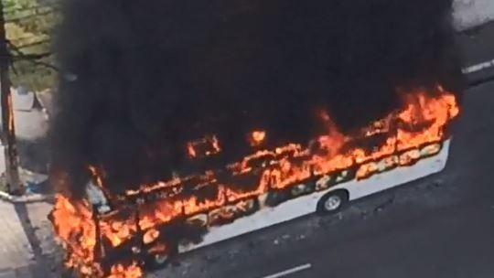 Ônibus pega fogo em Piedade, em Jaboatão dos Guararapes