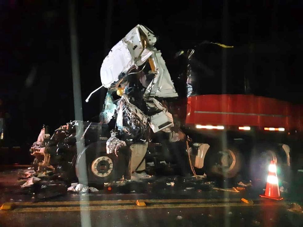 Colisão entre carretas deixou dois homens mortos em Paranatama — Foto: PRF/Divulgação