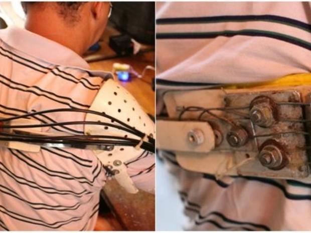 Em prótese de Ari, cada fio de ferro se conecta com elásticos que movimentam cada dedo, numa ponta da prótese. Na outra, os ferros ficam ligados à estrutura que se prende ao ombro oposto. Quando ele movimenta o ombro, puxa os ferros e os elásticos e, entã (Foto: Rafael Luis Azevedo/BBC)