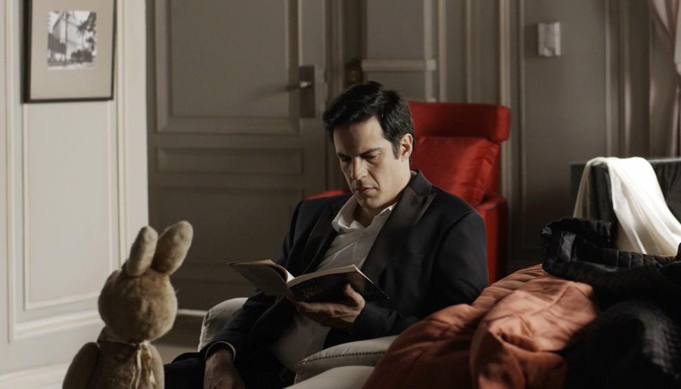 Eric está em seu quarto, quando Luíza bate à porta (Foto: TV Globo)