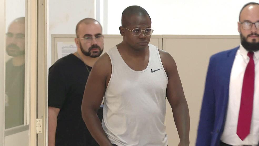 André Luiz Lobo (C) foi preso suspeito de desviar dinheiro — Foto: Reprodução/TV Globo