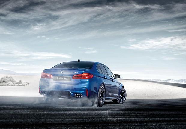 Para-choque traseiro BMW M5 ganha ares esportivos com o par de duplos canos de escape do Sistema de Exaustão M Sport  (Foto: Divulgação)
