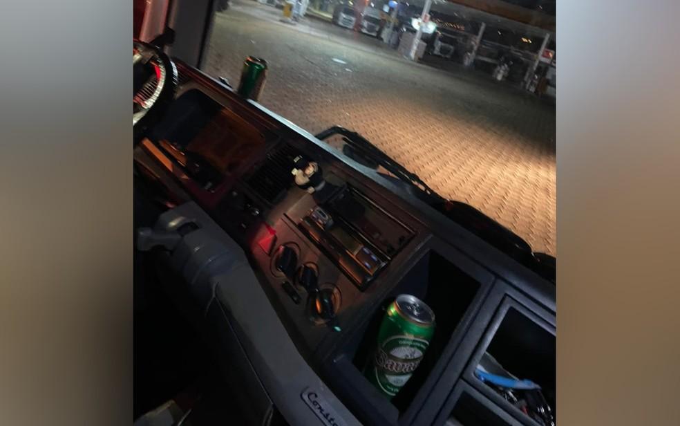 Latas de cerveja são encontradas no painel de caminhoneiro dirigindo bêbado em Anápolis, Goiás — Foto: Divulgação/Polícia Civil