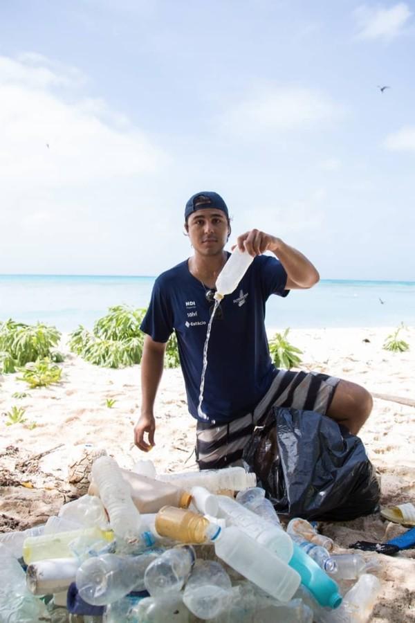 Emmanuel Schurmann, sorbinho de david Schurman, em um dos trabalhos de coleta de lixo em uma praia do Brasil (Foto: Reprodução/ Instagram)