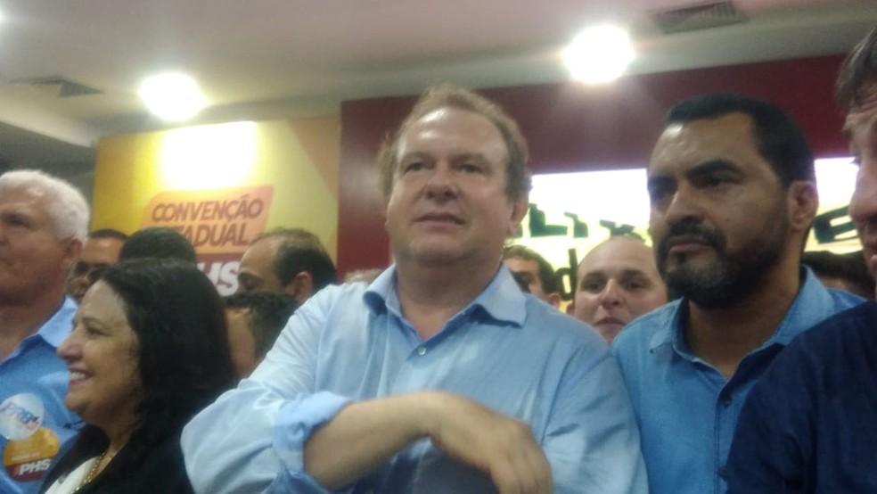 Mauro Carlesse e Wanderlei Barbosa durante a convenção do PHS (Foto: Igor Pires/TV Anhanguera)