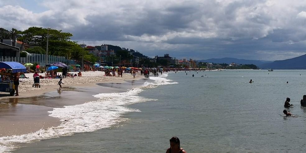 Movimento na tarde de domingo na praia de Canasvieiras — Foto: Thomas Braga/ NSC TV