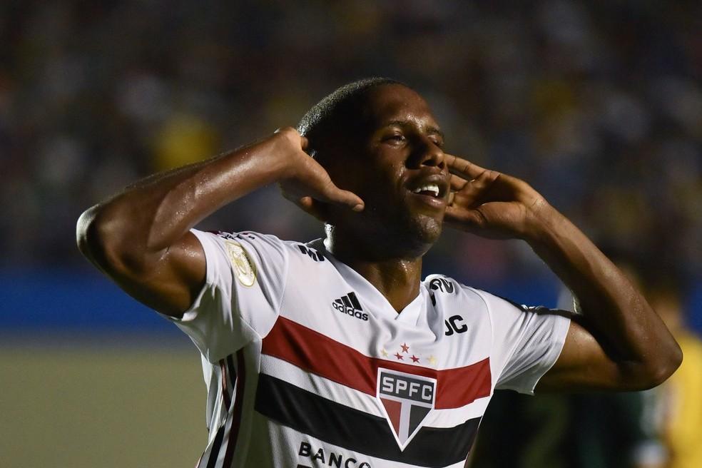 Toró festeja o segundo gol do São Paulo — Foto: André Borges / Estadão Conteúdo