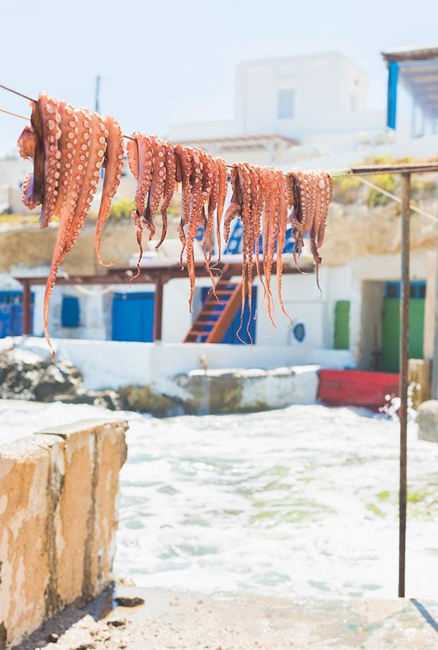 Bem-estar: Os polvos secam ao ar livre em aldeia na Grécia. (Foto: Getty Images)
