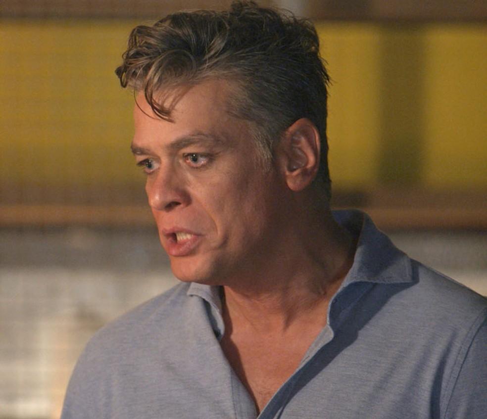 Arthur (Fábio Assunção) fica chocado ao saber que Carol (Juliana Paes) dopou Eliza (Marina Ruy Barbosa) — Foto: TV Globo