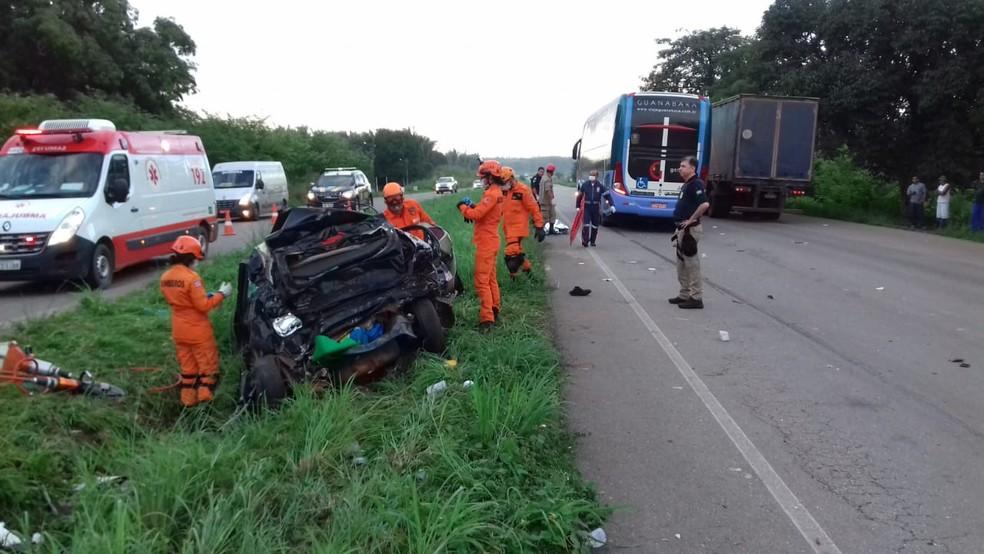 Colisão entre ônibus e automóvel deixa cinco mortos na BR-135 (Foto: Divulgação/Polícia Rodoviária Federal)
