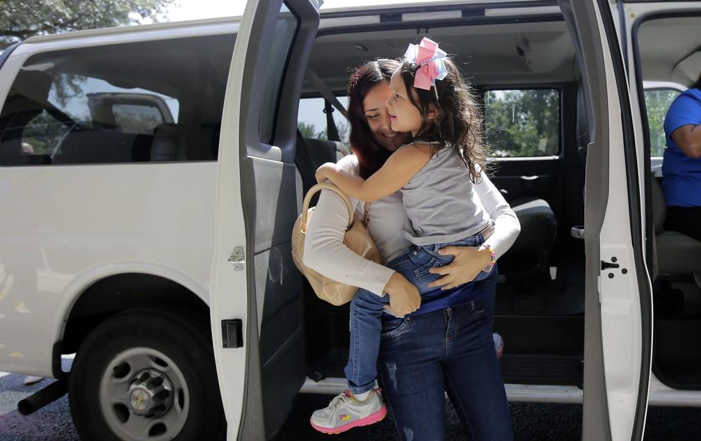 A brasileira Natalia Oliveira da Silva carrega a sua filha Sara, de cinco anos, após se reunirem na última segunda-feira (23) em San Antonio, no Texas. Elas foram separadas no final de maio após entrarem ilegalmente nos EUA. Sara foi levada a abrigo para menores imigrantes em Chicago. (Foto: Eric Gay/AP Photo)