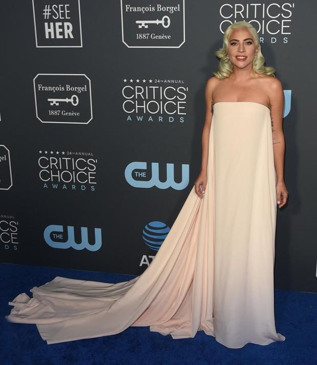 Lady Gaga usa Ralph Lauren em prêmio (Foto: Backgrid)