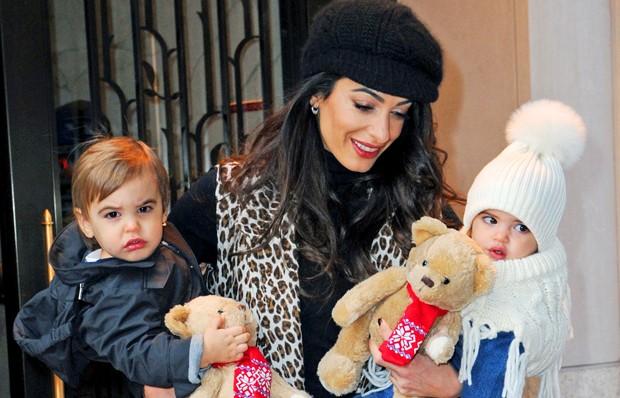 Amal Clooney e os filhos, Alexander e Ella (Foto: Grosby Group)