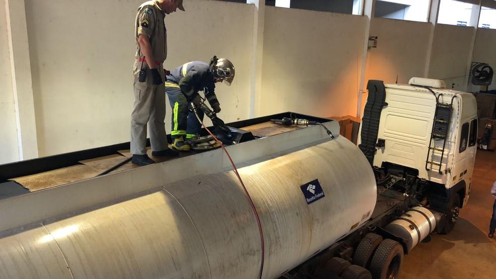 Receita Federal encontrou cocaína escondida em fundo falso de caminhão-tanque, nesta segunda-feira (9), no oeste do Paraná (Foto: Receita Federal/Divulgação)