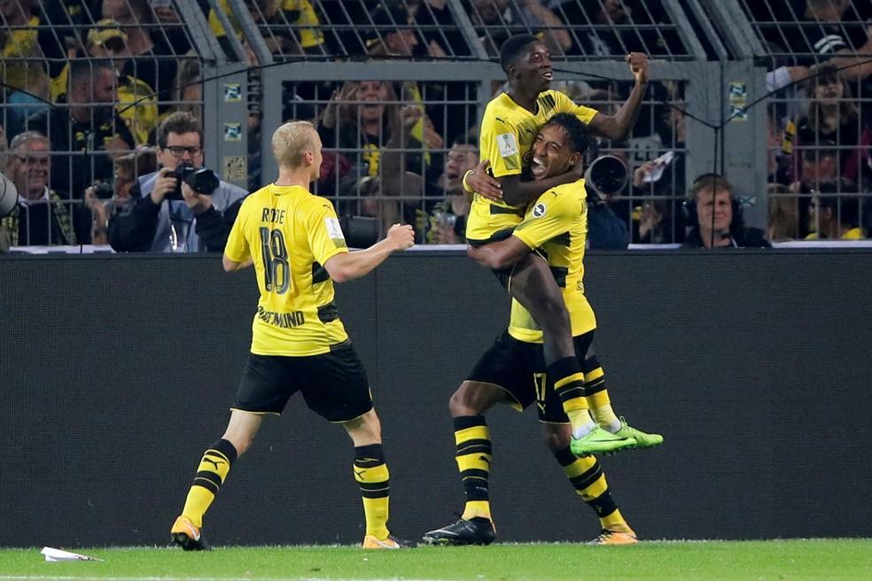 Dembélé é erguido por Aubameyang após dar assistência para gol neste sábado (Foto: Reuters)
